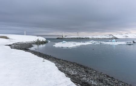 The Jokulsarlon lagoon with loose ice from the Vatnajokull glacier floating in the lagoon. 版權商用圖片