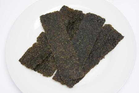 algas marinas: Algas en plato blanco