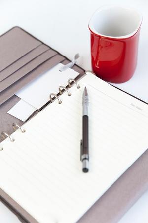 빈 페이지 일기 연필 쓰기를위한 커피의 빨간 컵과 휴일에 휴식을