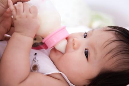 teteros: Pretty ni�a est� bebiendo leche