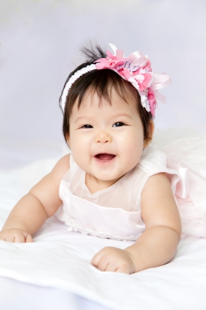 El bebé está sonriendo y feliz