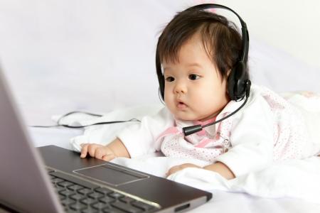 예쁜 아기 소녀는 노래를 듣고있다