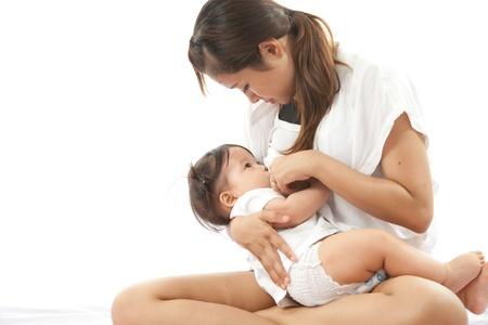pechos: La madre est� amamantando a su beb� Foto de archivo
