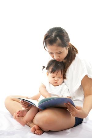 어머니는 그녀의 아기를위한 책을 읽고 있습니다