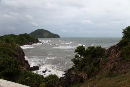 강력한 바람과 파도가 바위 해변에 분쇄된다 스톡 콘텐츠
