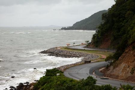 강력한 바람과 파도가 바위 해변에서 분쇄됩니다. 스톡 콘텐츠