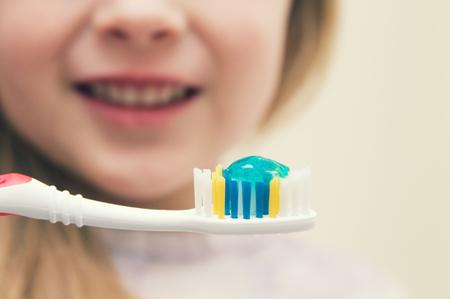 小さな女の子を磨く歯