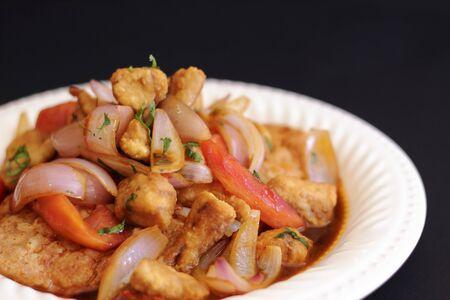 Sabroso plato peruano llamado tacu tacu con saltado de pescado