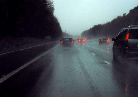 tremp�e: La conduite sur autoroute tremp�s de pluie de feux rouges Banque d'images