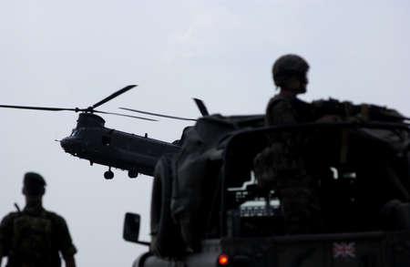 chinook: Un elicottero militare Chinook per terra.