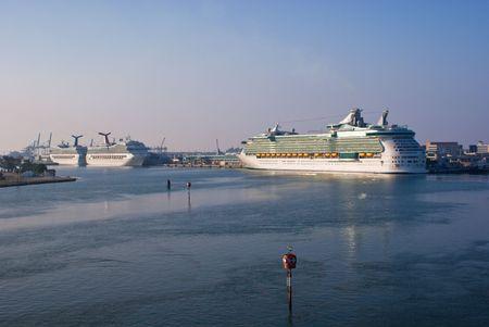 vacancier: Navires de croisi�re amarr� � Port of Miami