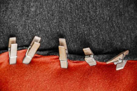 zwarte rode coalitiekleren met wasknijper