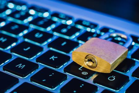 Schloss als Symbol für Datenschutz und allgemeine Datenschutzbestimmungen auf einem Notebook-Computer