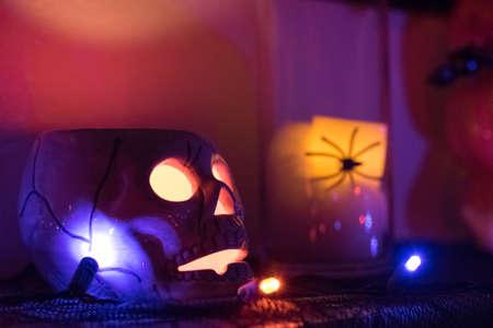 Een Skull Candle Holder en Spider Stockfoto