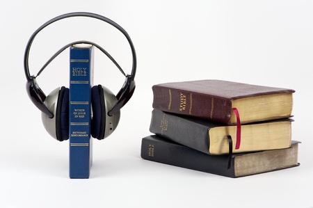 isol� sur fond blanc: Bleu Bible avec casque audio et de la pile de la bible sur fond blanc isol�