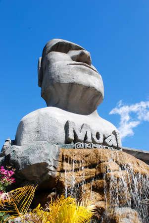 moai: Moai en la ca�da de agua Foto de archivo