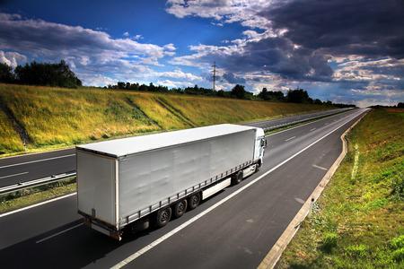 vrachtwagen op de weg