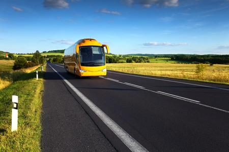 perspectiva lineal: Autobús en la carretera Foto de archivo