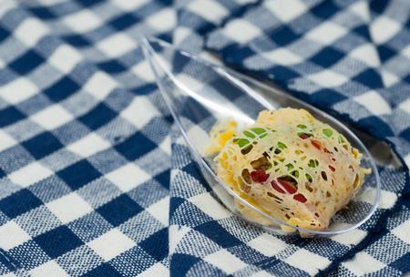 plato del buen comer: bocadillos tailand�s llamado Rhoom o La-tiang (carne de cerdo picada y camar�n envuelto en huevo-net) en el fondo patr�n de la tela