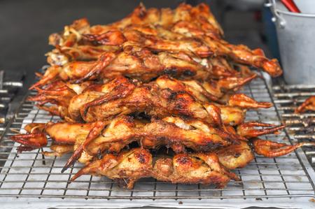 태국어 구이 닭, 길거리 음식 스타일, 그들은 즐거운 향기와 매우 맛있습니다.