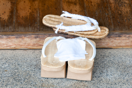 쌍의 오래된 일본 샌들 -Geta 일본 게 타 샌들은 전통적인 일본 신발의 한 형태입니다. 일본의 나무 신발