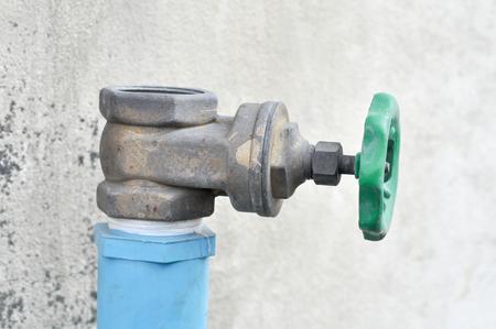 오래 된 물 밸브를 닫습니다.
