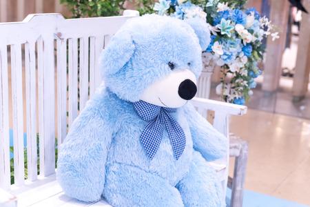 큰 파란색 곰 인형은의 자에 앉아