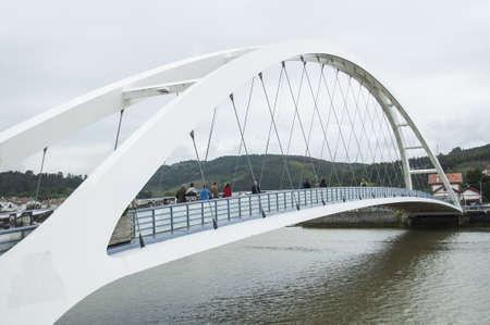 moderne br�cke: Moderne Br�cke �ber einen Fluss