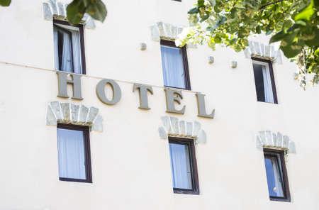 호텔 외관의 편지