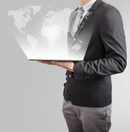 zakenman tekenen sociale netwerk of zakelijke relatie met kaart van de wereld op een witte boord