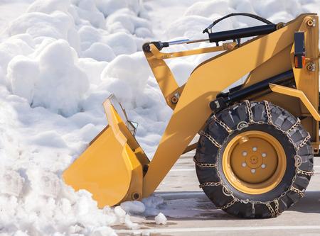 sapin neige: Véhicule de déneigement enlèvement de la neige Banque d'images