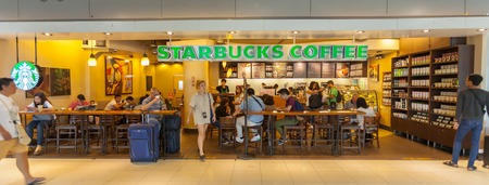 BANGKOK - 21 de junio: Starbuck cafetería en el Aeropuerto Suvanaphumi, 21 de junio de 2014, el aeropuerto de Suvarnabhumi se encuentra la terminal del aeropuerto de la capacidad única cuarta más grande del mundo.