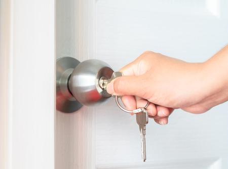 abriendo puerta: puerta de apertura de la mano Foto de archivo