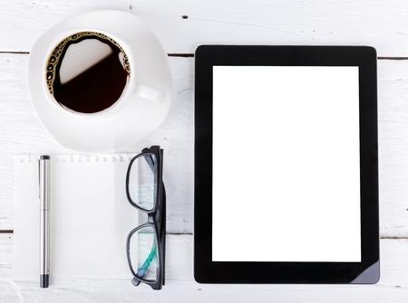 tablet en touch telefoon met geïsoleerde scherm liggen op een houten met een kopje koffie Stockfoto