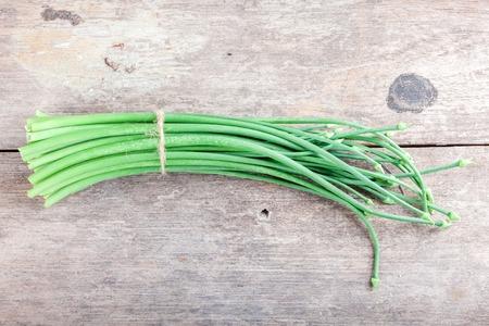 cebolleta: Cebollino de ajo en el fondo blanco Foto de archivo