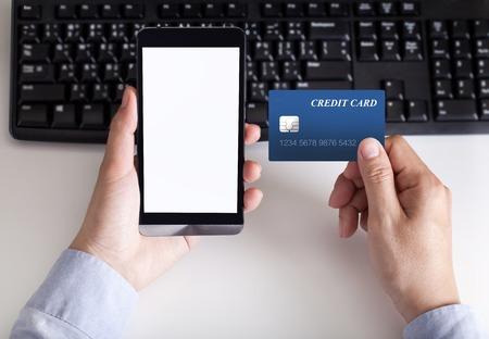 man maakt de betaling per creditcard op wacht telefoon Stockfoto