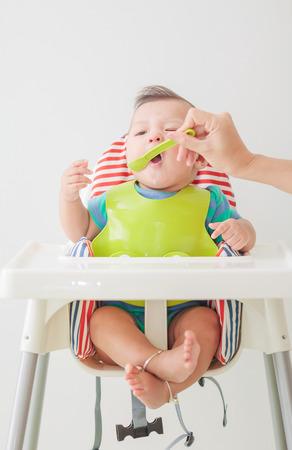 de baby kind eten in de stoel