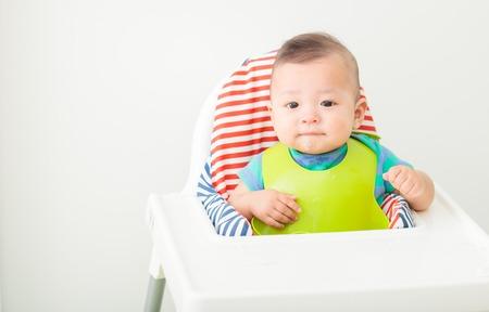 gelukkige baby kind zit in de stoel