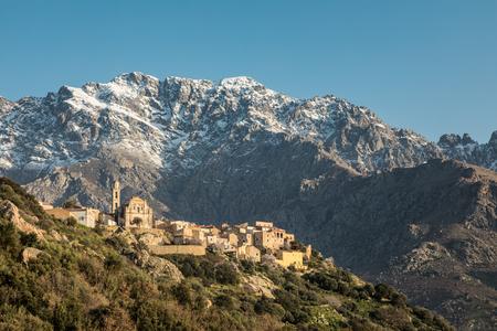 山雪とコルシカ島の遮へい Balagne 領域で Montemaggiore の村の背後にあるモンテ ・ グロッソ、雪山し、澄んだ青い空 写真素材