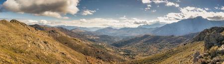 Vista panorámica de los pueblos antiguos de Olmi Cappella y Pioggiola en la región de Córcega Balagne con montañas en la distancia