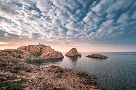 Sonnenuntergang hinter dem Leuchtturm auf dem Felsen La Pietra auf der Ile Rousse in der Balagne auf Korsika