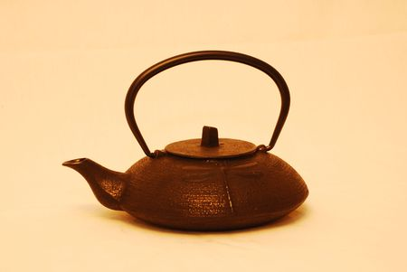 this is a close up shot of a cast iron teapot 版權商用圖片
