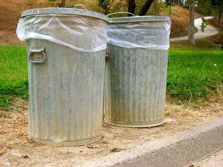 botes de basura: se trata de un tiro de dos latas de basura