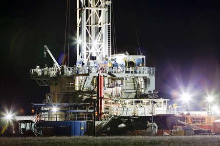 pozo petrolero: Una plataforma de perforación bien que funciona en las llanuras del este de Colorado para llegar a la formación Niobrara esquisto. Una vez que el pozo es perforado y perforado, agua, arena y productos químicos se inyectan a alta presión para fracturar el esquisto, la liberación de petróleo y gas. Foto de archivo