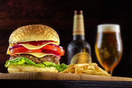 cebolla roja: Hierba Fed Bison hamburguesa con lechuga y queso Foto de archivo