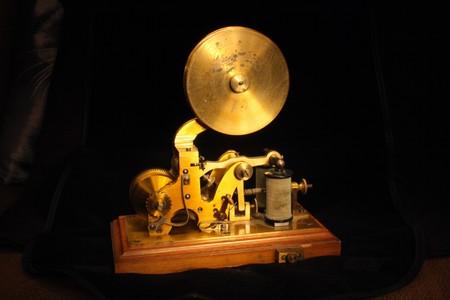 telegraaf: zeer oude telegraph op de zwarte baclground