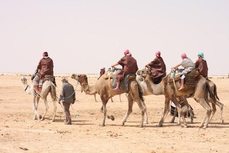 Sahara, con cammelli e le persone Tunisia forma Archivio Fotografico