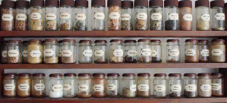 dried spice: un fondo de una bandeja de especias