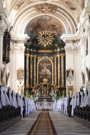 schöne Innere der Kirche vor Hochzeit