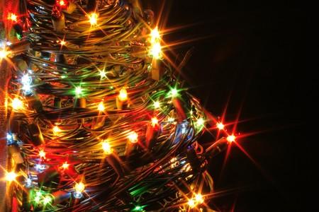 albero di Natale dalle luci colore sullo sfondo nero